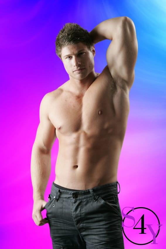 bodybuilider in gray shorts